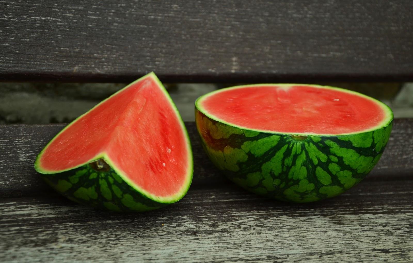 二つに切り分けられた新鮮な西瓜