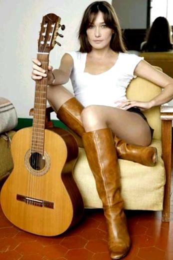 Foto de Carla Bruni con su guitarra