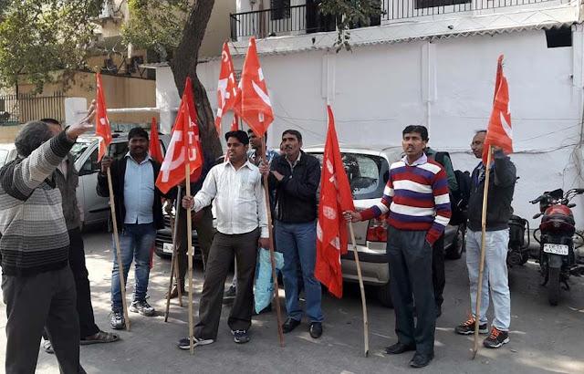 दिल्ली सरकार द्वारा बढ़ा न्यूनतम वेतन मांगा तो गारमेंट वर्कर को नौकरी से निकाला: सीटू