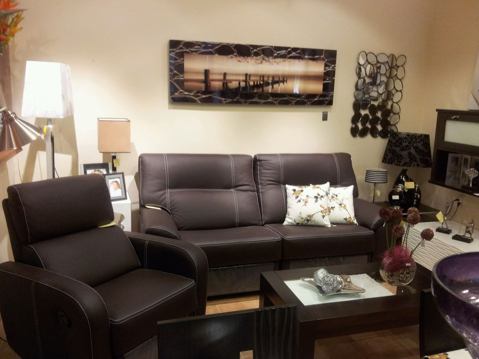 Como decorar un salon con sofa marron chocolate www for Decoracion salon wengue