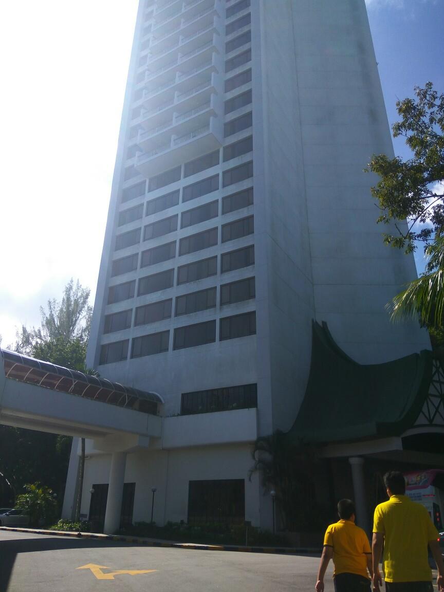 Lokasi Hotel Holiday Inn Penang ni betul-betul terletak di tepi pantai Batu Feringgi.