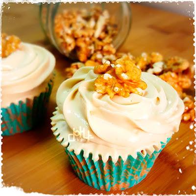 Deliciosos muffins, cupcakes o magdalenas de sirope de arce y nueces de california