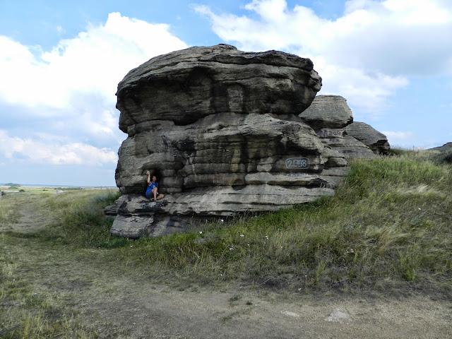 Ниши и отверстия в скальных останцах святилища Большие Аллаки