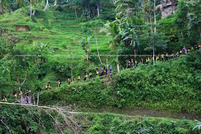 Kunjungan dari salah satu sekolah ke Kampung Naga