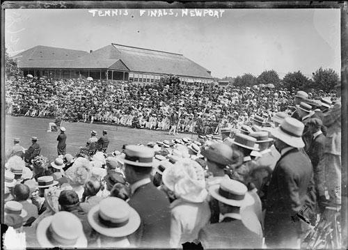Competición partido de tenis con muchos espectadores llevando sombrero canotier