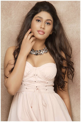 Sexiest pictures of Manisha Yadev showing her milky naval Show
