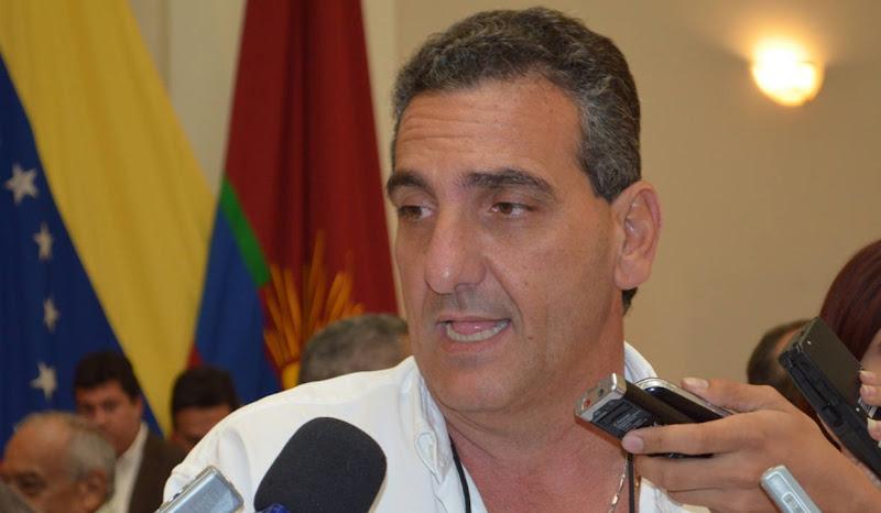 Enzo Scarano detenido en el aeropuerto, con orden de captura