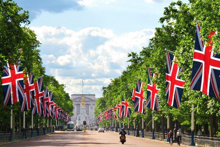Buckingham Sarayı'nın bayrak töreni oldukça şaşalıdır, sarayın her yerine kocaman bayraklar asılmaktadır.