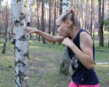 Une jeune boxeuse de 9 ans frappe à mains nues contre le tronc d'un arbre!