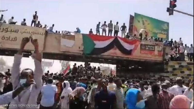 تحدي السودانيين لرصاص الملثمين وكلمة للصادق المهدي