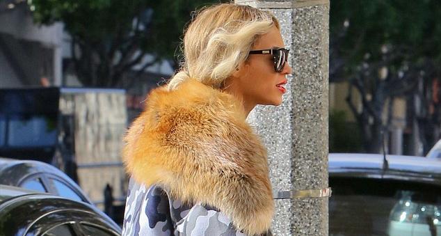 Η Beyonce για γεύμα στο Λος Άντzελες με γούνινο γιακά αλεπούς