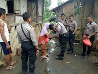 Patut Dicontoh, Perlakuan Pasukan Sabhara Polres Bima Terhadap Warga Miskin
