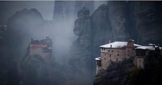 Μαγικές εικόνες από τα χιονισμένα Μετέωρα