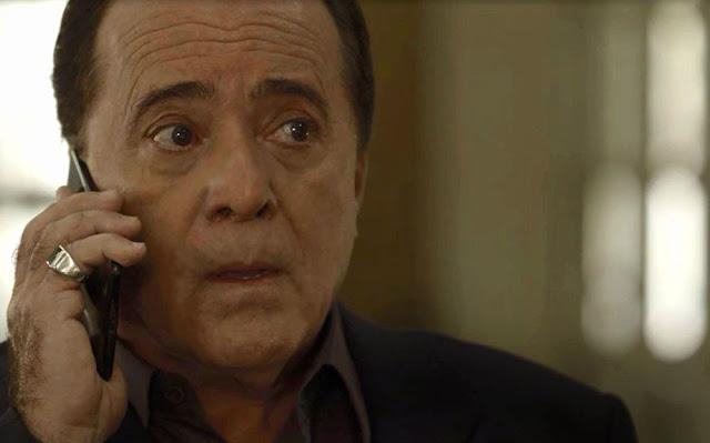 Olavo recebe ligação de Laura (Imagem: Reprodução/TV Globo)
