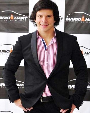 Mario Hart elegante y con una gran sonrisa