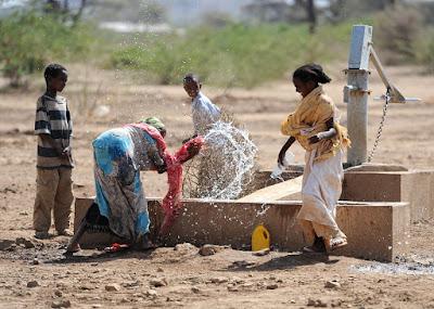 水場のエチオピア女性
