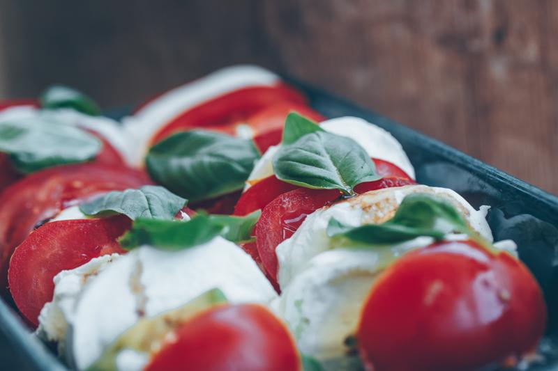 Avokado-caprese salaatti