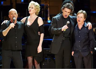 Billy Joel , Melanie Griffith, Antonio Banderas y Michael J. Fox cantan juntos en un concierto benéfico para la fundación ecológica Rainforest (Abril 2004)