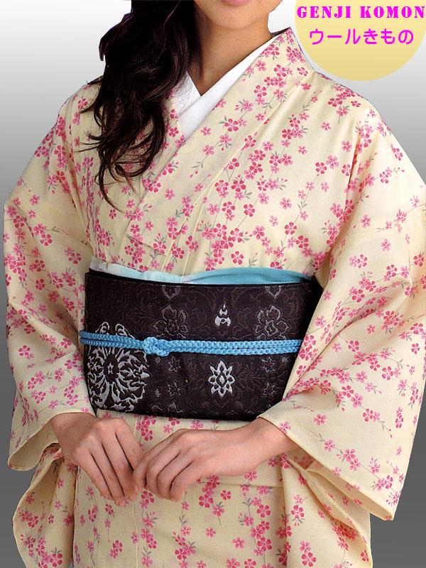 63aa994a2 ... kimono feito com seda estampada com desenhos pequenos repetidos por  toda a peça. Considerado casual, pode ser usado para sair pela cidade ou  para jantar ...