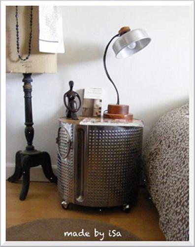 Nightstand/bedside table terbuat dari drum mesin cuci.