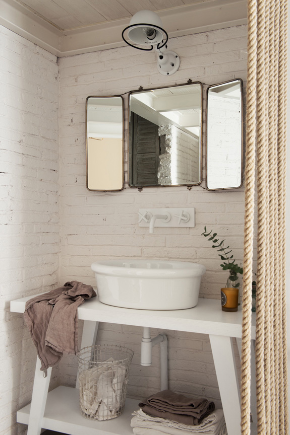 baño estilo nordico decoracion nordica vintage industrial blanco cuerda madea natural ladrillo visto interiorismo barcelona alquimia deco espejo vintage
