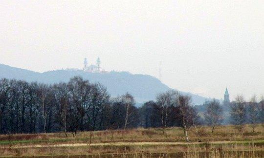 Bielany, komin Łegu i kościół w Liszkach widoczne ze szlaku do Kajasówki.