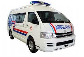 ambulance membantu evakuasi korban kecelakaan di jalan raya