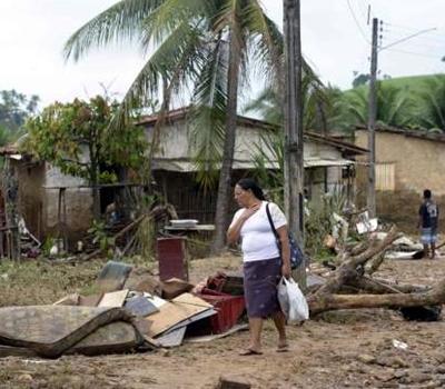 Mortos pelas chuvas em AL e PE chegam a 10 pessoas e mais de 70 mil ficam desalojados.