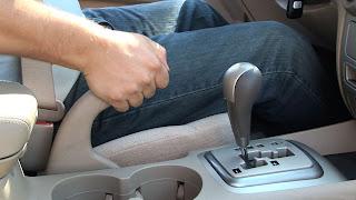 Conduire avec un frein de stationnement est une mauvaise idée