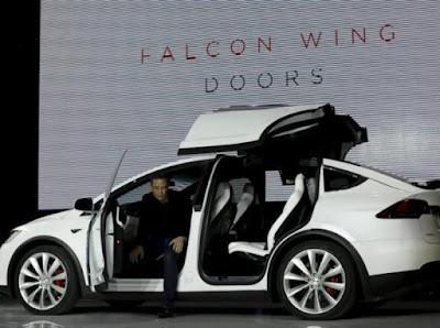 Bill Gates pun Naik Mobil Tesla Model X