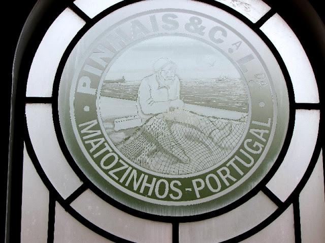 Logotipo das Conservas Pinhais em vitral