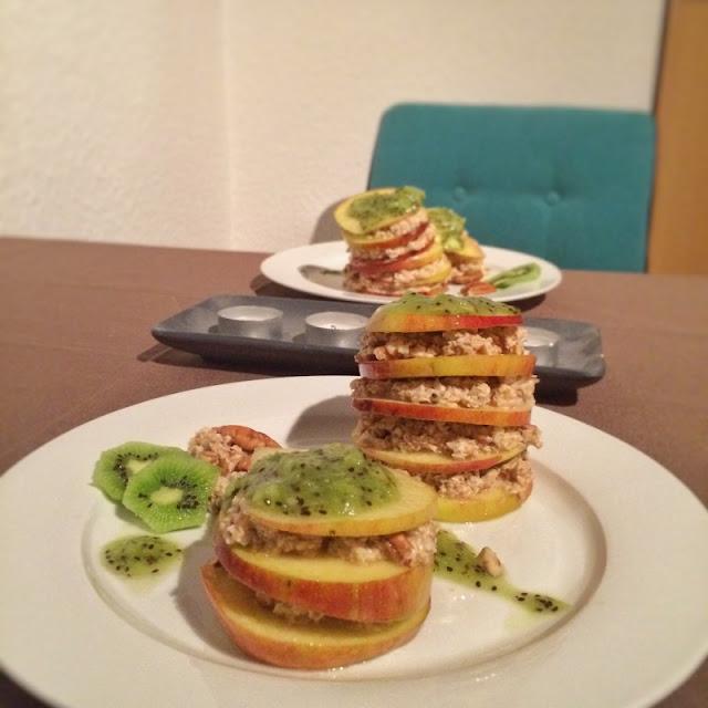 Frühstückstürmchen aus Haferflocken, Apfelscheiben und Kiwi