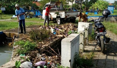Gertaks Bersihkan Timbunan Sampah di Saluran Irigasi
