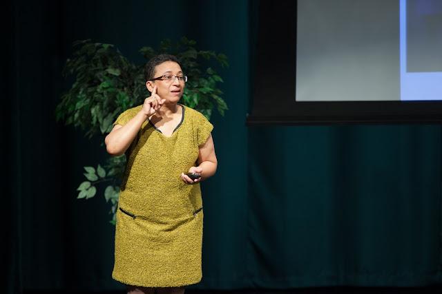 La parlamentaria sorda de Sudáfrica Wilma Newhoudt durante una intervención en lengua de signos