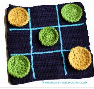 http://translate.google.es/translate?hl=es&sl=auto&tl=es&u=http%3A%2F%2Fmade-by-fabi.blogspot.com.es%2F2014%2F03%2Fhow-to-crochet-a-tic-tac-toe-board-free-pattern.html