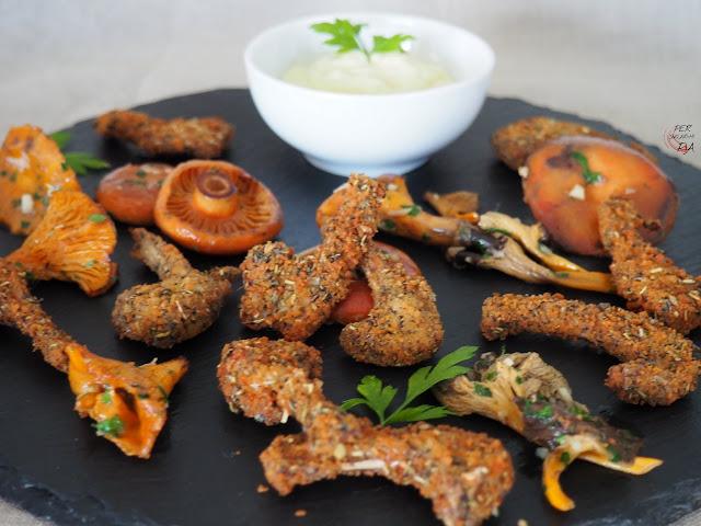 Costillitas de conejo rebozadas en pan y hierbas provenzales, acompañadas de alioli de manzana y ajos confitados
