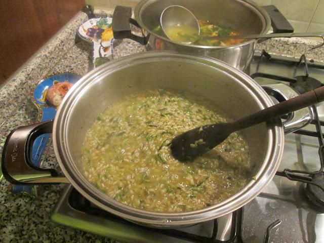 Panela cozinhando o risoto de camarao e abobrinha