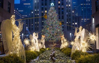 Το χριστουγεννιάτικο δέντρο του εμπορικού κέντρου Rockefeller στη Νέα Υόρκη. Πολλοί Αμερικανοί αναφέρονται πλέον σε αυτό ας τη χρήση της λέξης «χριστουγεννιάλέγοντας «Το δέντρο», αποφεύγονττικο»