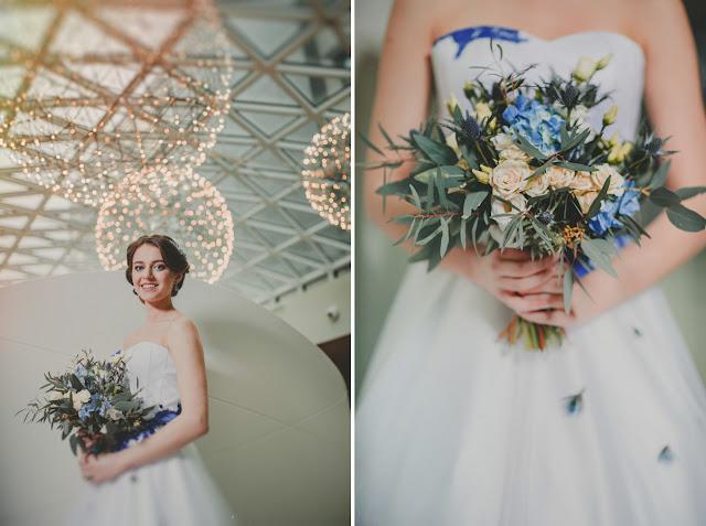 Niebieskie ozdoby na sukni ślubnej i bukiet ślubny