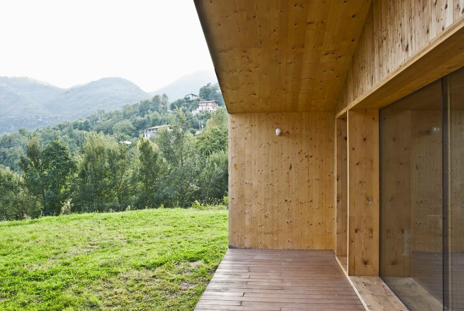 Ampie vetrate e porticati nella casa progettata da estudoquarto studiostanza