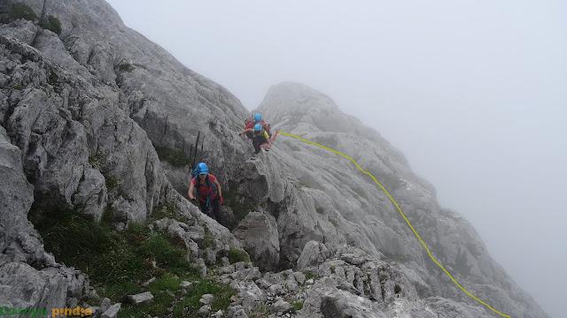 Vista atrás trepando hacia la cima del Tercer Poyón