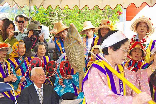 woman, spear, fish, crowd
