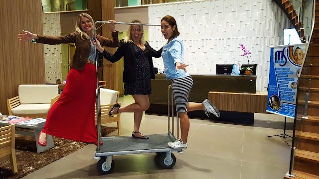 Divas brincando no Lobby do BW Plus Oásis Cabo Frio