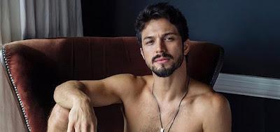 Romulo Estrela elevou a temperatura da web ao publicar uma foto sem camisa em seu Instagram