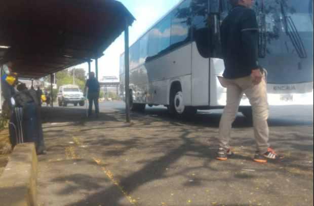 5:05 pm Permiten paso de la caravana de diputados que estaba retenida en peaje de Guacara