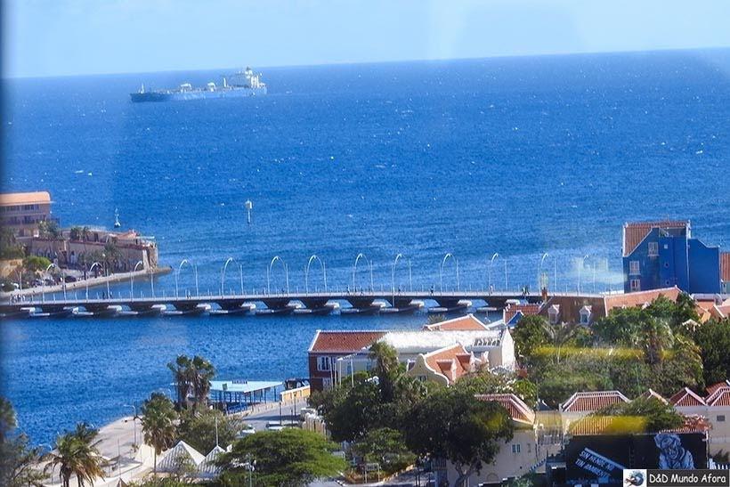 Vista de Curação do alto da Ponte Rainha Juliana - O que fazer em Curaçao