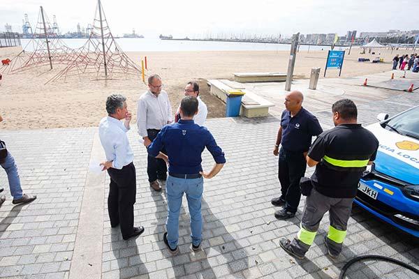 El Ayuntamiento de Las  Palmas abre al baño la playa de Las  Alcaravaneras