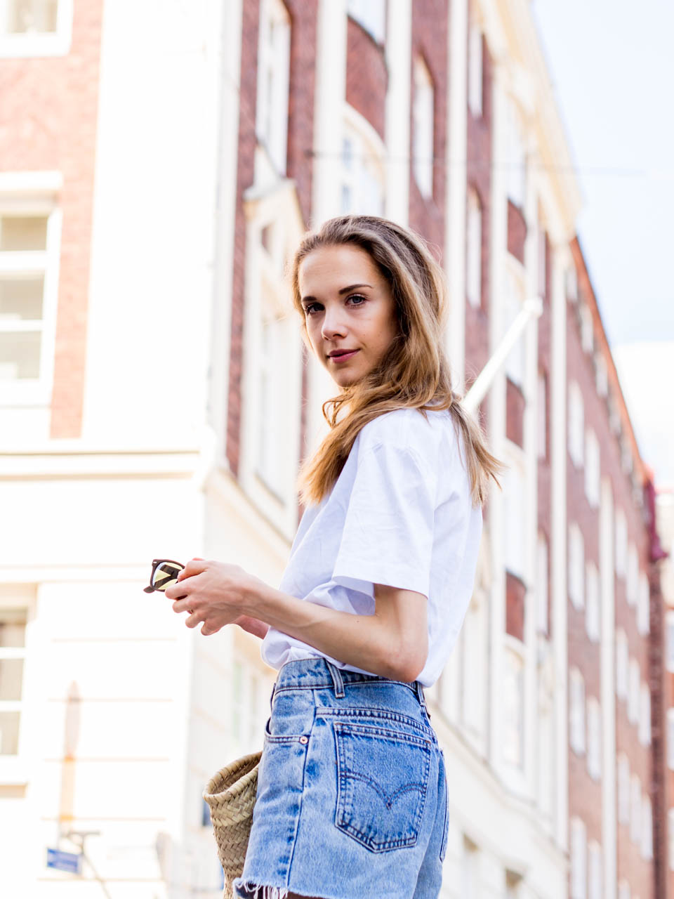 how-to-style-simple-white-t-shirt-summer-outfit-fashion-blogger-inspiration-streetstyle-helsinki