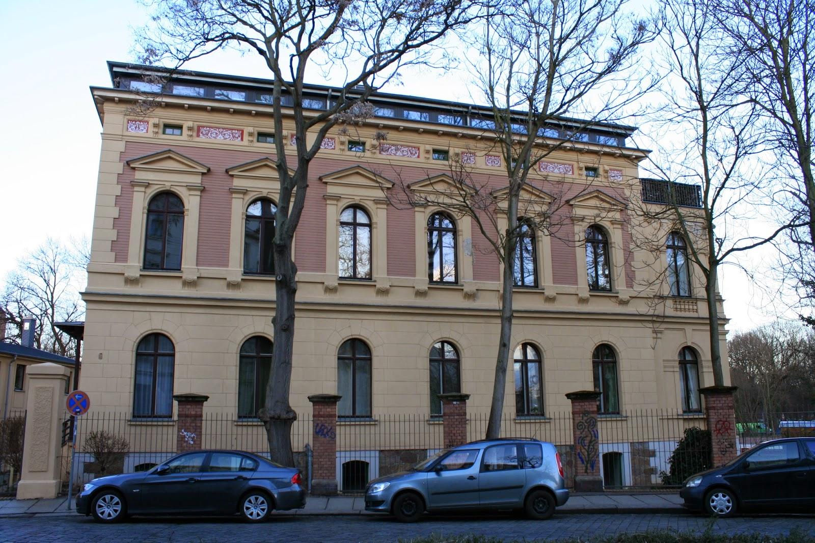 Blick auf die Hausnummer 1 der Könneritzstraße - auch ein Kinder- und Jugendheim war einige Jahre in der Karl-Heine-Villa beheimatet