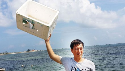 Chàng ngư dân trẻ nhét chặt phao vào áo và trôi 22 giờ trên biển.